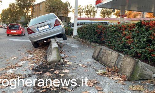VOGHERA 27/10/2020: Auto sbanda e invade la pista pedonale. Si ferma a cavallo dei newjersey  dopo averne spostato uno