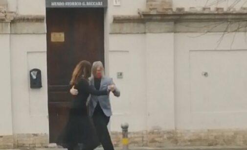 VOGHERA 16/12/2020: Coppia misteriosa balla il tango di fronte al Museo Storico
