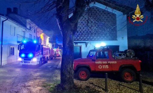 CASATISMA 05/02/2021: A fuoco il fienile vicino alle abitazioni. Intervento in forze dei vigili del fuoco