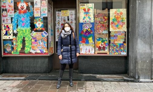 VOGHERA 12/02/2021: Per carnevale i disegni fatti dagli alunni nelle vetrine sfitte
