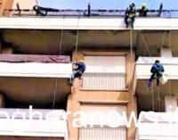 """VOGHERA 05/03/2021: La curiosità. 'Uomini ragno' si calano dal tetto. In via San Francesco un esempio di """"edilizia acrobatica"""""""