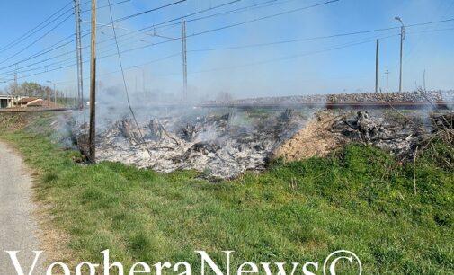 VOGHERA BRESSANA BRONI 24/03/2021: Serie di roghi lungo linea ferroviaria. Vigili del fuoco mobilitati in Oltrepo pavese