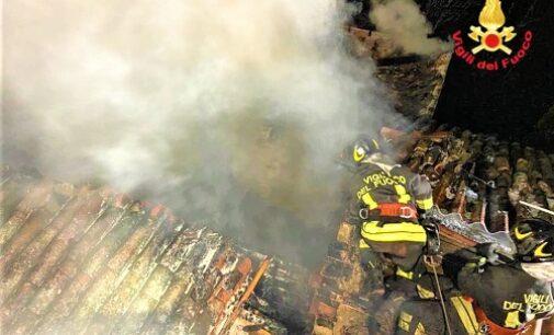 SANTA MARIA DELLA VERSA 13/03/2021: A fuoco nella notte uno stabile. Completamente distrutto il tetto. Salve grazie ai VVF le case vicine