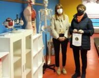 """VOGHERA 16/04/2021: Scuola. Il Lions dona materiale per l'aula di Scienze della sezione don Orione dell'IC """"Sandro Pertini"""""""