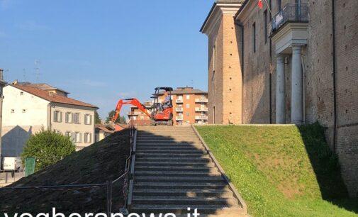 VOGHERA 03/05/2021: Giardini del Castello. Ruspa già al lavoro per sistemare il terrapieno