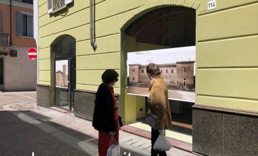 VOGHERA 07/05/2021: Le foto di Cicala nelle vetrine dei negozi sfitti