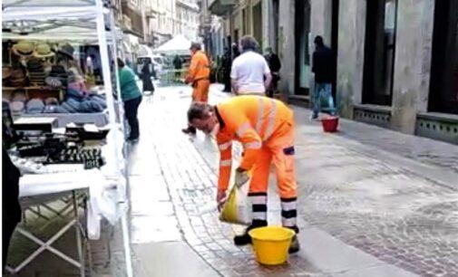 VOGHERA 29/05/2021: Spazzatrice inonda di olio le vie del centro storico. Sacchi di sabbia per riparare il danno