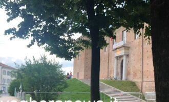 VOGHERA 13/05/2021: Nonostante le transenne. Ancora violazioni del verde dei giardini di piazza Castello