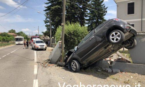 CERVESINA 23/06/2021: Auto contro il muro di cinta di un'abitazione. Ferito un giovane