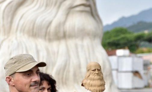 PAVIA 21/06/2021: La statua di Leonardo torna a Pavia. Prima al Castello è poi alla Riso Scotti