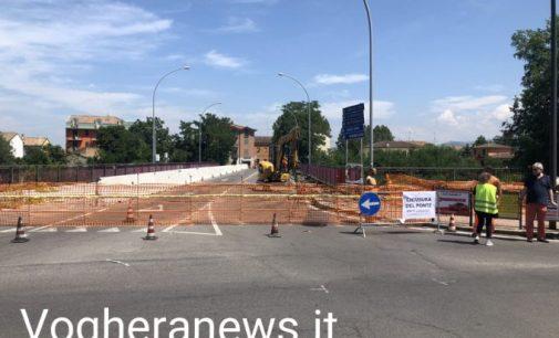 VOGHERA 05/07/2021: Ponte Rosso. Attraversamento chiuso. Cantiere avviato: demolitori già al lavoro