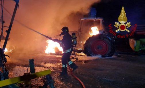 BRONI 12/07/2021: Incendio nella notte in un'azienda agricola (FOTO VIDEO). Distrutti mietitrebbia e trattori