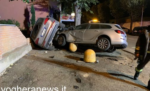 VOGHERA 04/09/2021: Auto esce di strada nella notte.  Volano i panettoni in cemento e un muro di cinta viene sfondato