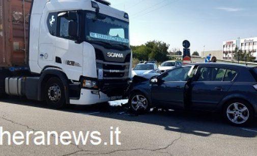 VOGHERA 11/10/2021: Incidente all'entrata della tangenziale. Camion e auto si scontrano