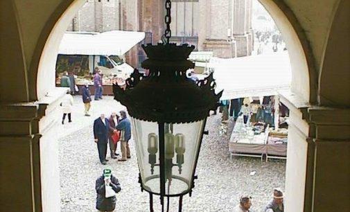 VOGHERA 11/10/2021: Parte la pulizia dell'illuminazione dei portici di piazza Duomo. Intervento dell'Asm